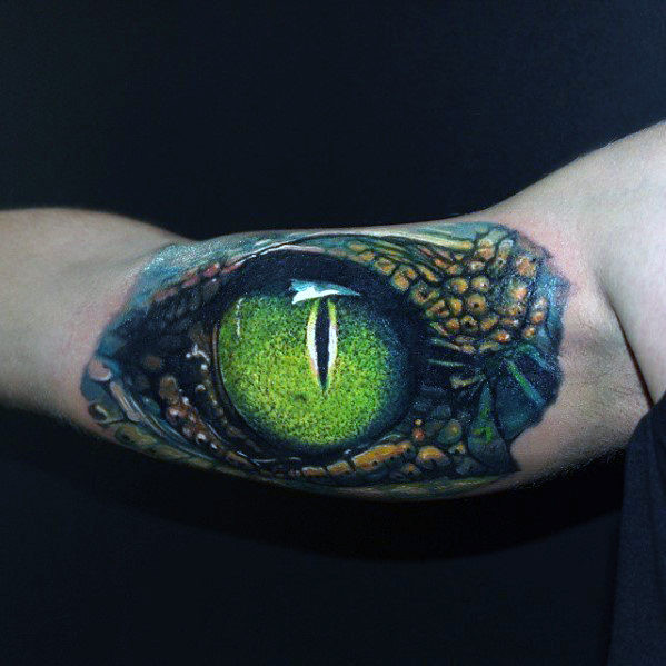 Bizepsgrünes Hyper realistisches Dragon Eye Tattoo On Gentleman