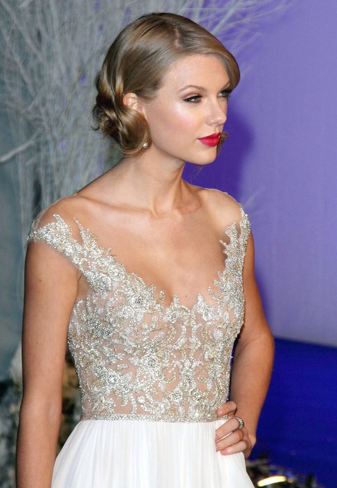 TAYLOR SWIFT'S DOLLED UP 'DO