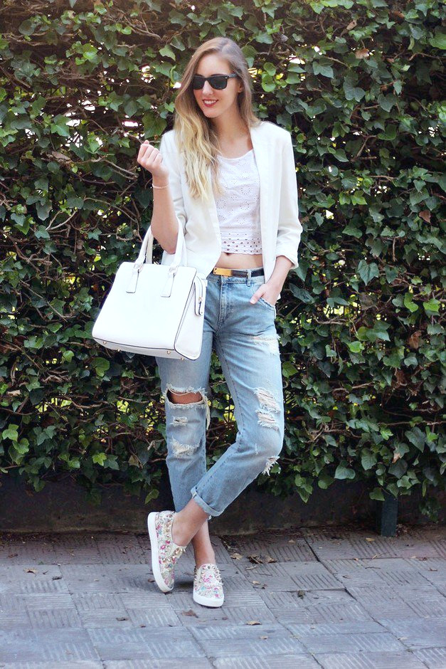 Ripped Jeans Outfit Idea con Blazer y Crop Top