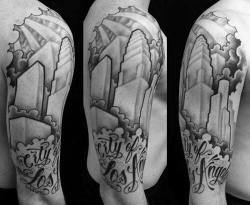 Mann mit cooler Los Angeles Skyline Tattoo Design halbe Hülse
