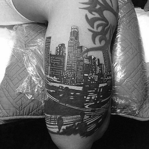 Arm-männliche Los Angeles-Skyline-Tätowierungs-Design-Inspiration