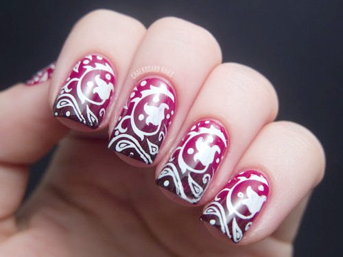 Burgunder-Nageldesign mit Tribal-Print