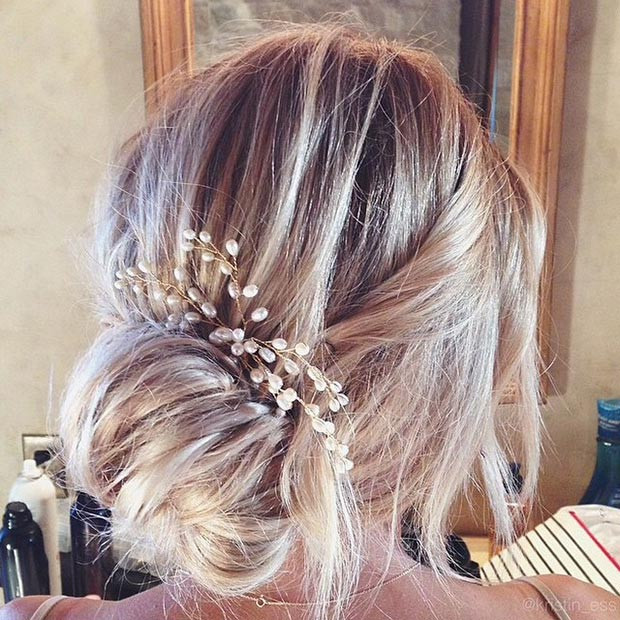 Eleganter unordentlicher Side Bun Updo