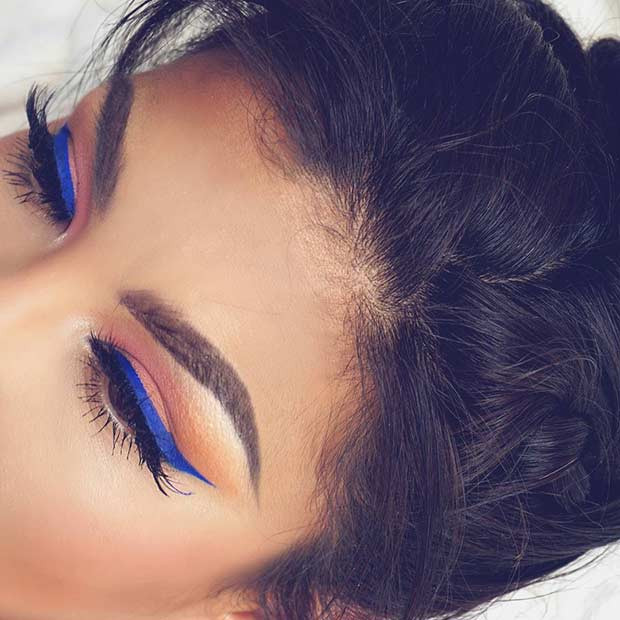 Blauer Eyeliner-Sommer-Make-up-Blick