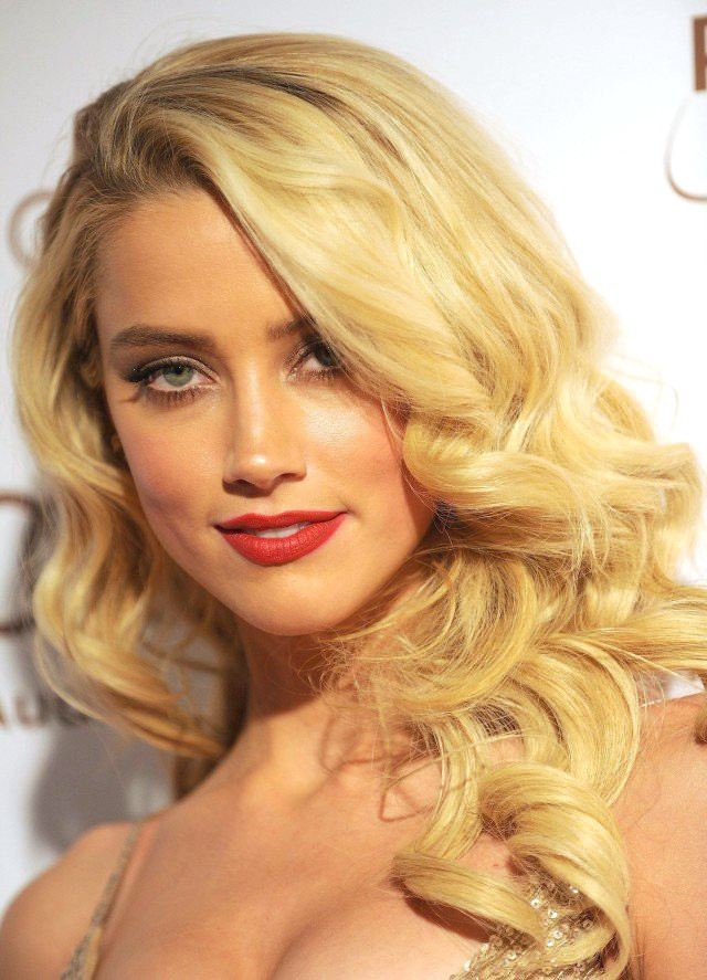 Outcurls wellige Frisur für blondes Haar