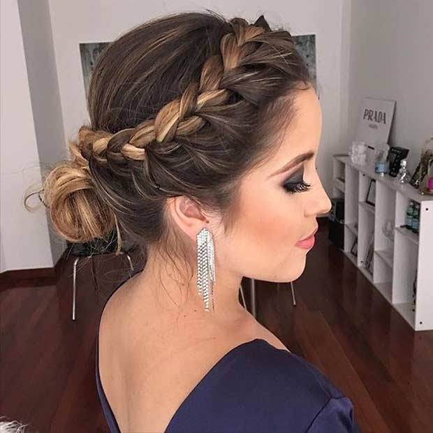 Seitengeflecht in Low Bun Prom Updo