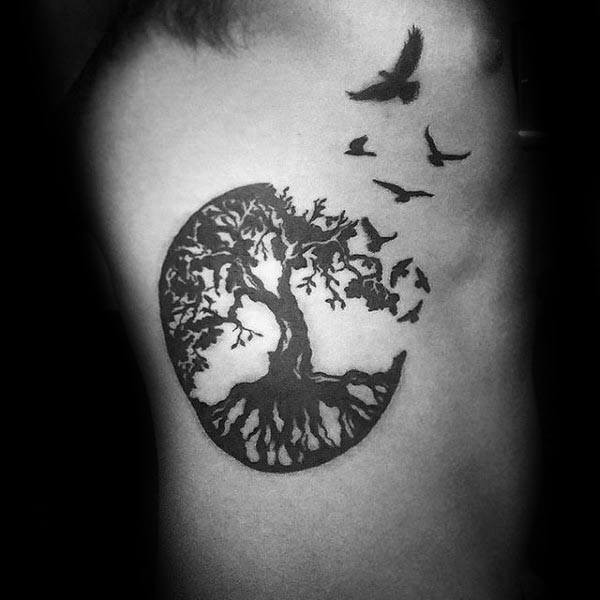 Männlicher Baum des Lebens Rib Cage Side Black Ink Birds Tattoo Designs