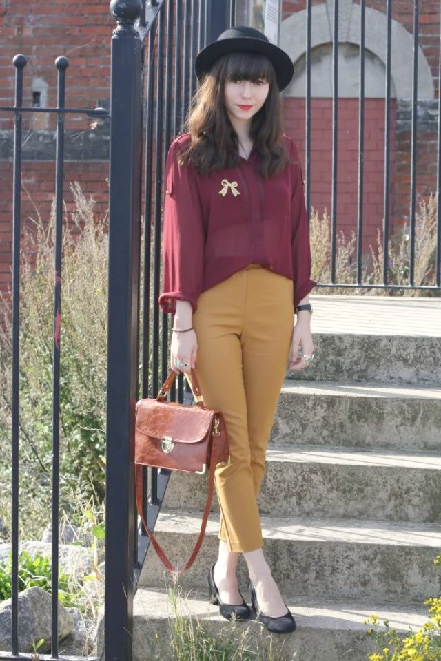 Red-top-and-mustard-pants a través de