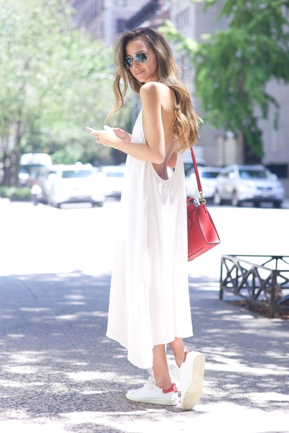 Slip Dress und Sneakers