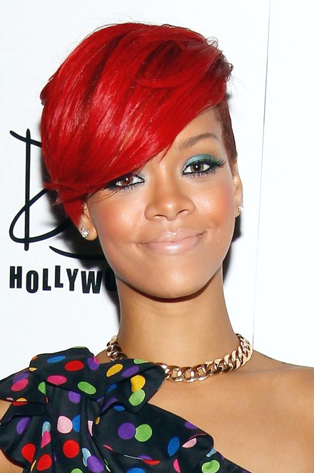 Rihanna Short Red Side Part Haircut für schwarze Frauen