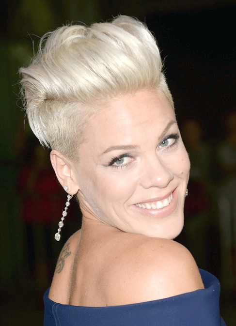 Pink Short Faux Hawk Haircut für Frauen