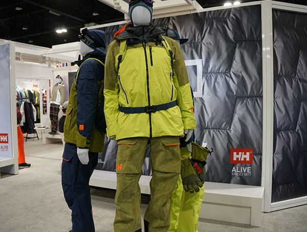 Helle Winterjacke und Hose Helly Hansen Display