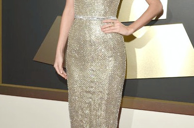 Tragen von Taylor Swifts vergoldetem Metallic-Kettenhemd Gucci Kleid am Grammys Red Carpet