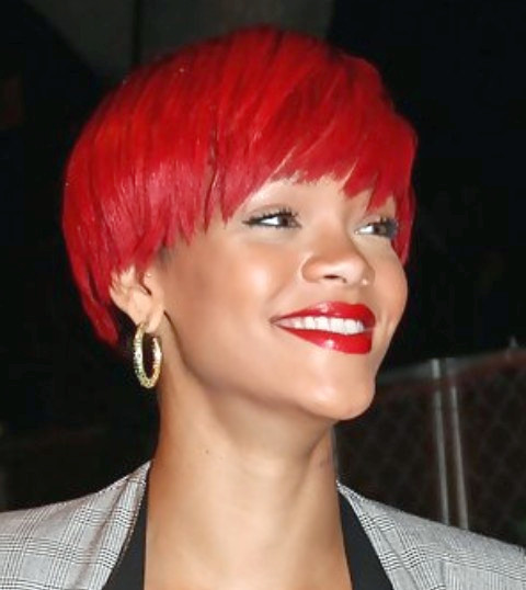 Rihanna Kurze Frisuren: Edgy Scarlet Straight Haircut