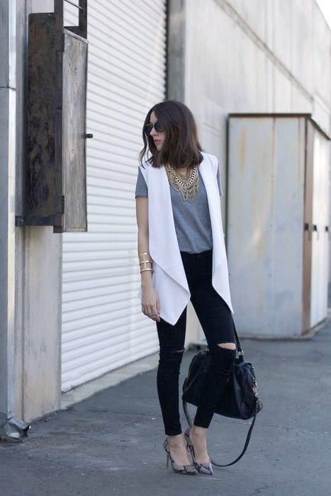 Chaleco gris-top-ripped-jeans-and-white a través