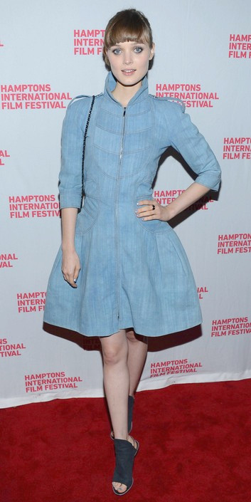 Bella Heathcote en sus Slingbacks