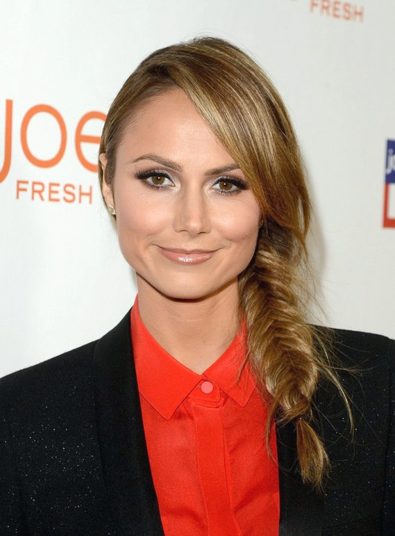 Stacy Keibler Long Side Fishtail Braid para el invierno