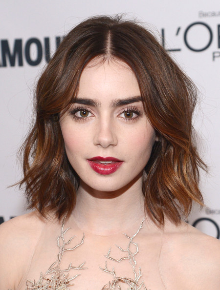 Lily Collins in roten Lippen