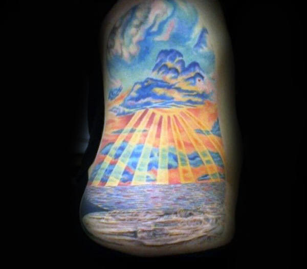 Mens Oberarm Tattoo Of Ocean Sunset mit Sonnenstrahlen in Farbe